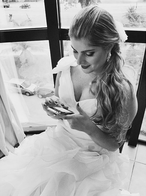 Noiva recebendo mensagem no celular