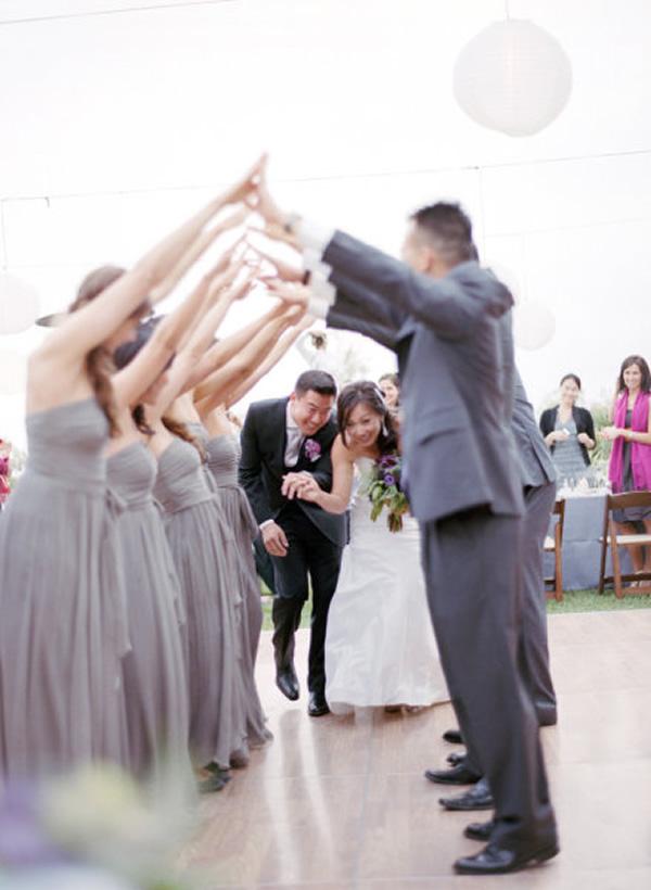 Padrinhos fazendo túnel para os noivos