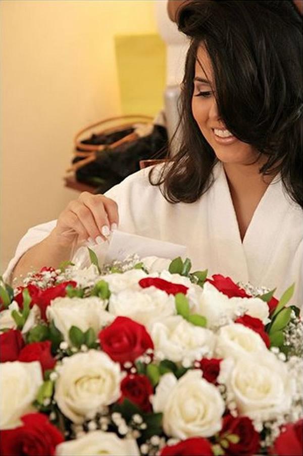 Noiva recebendo flores